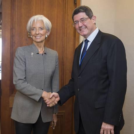 Christine Lagarde, diretora-gerente do FMI, e Joaquim Levy, ministro da Fazenda, cumprimentam-se em Washington Foto: Steve Jaffe/FMI