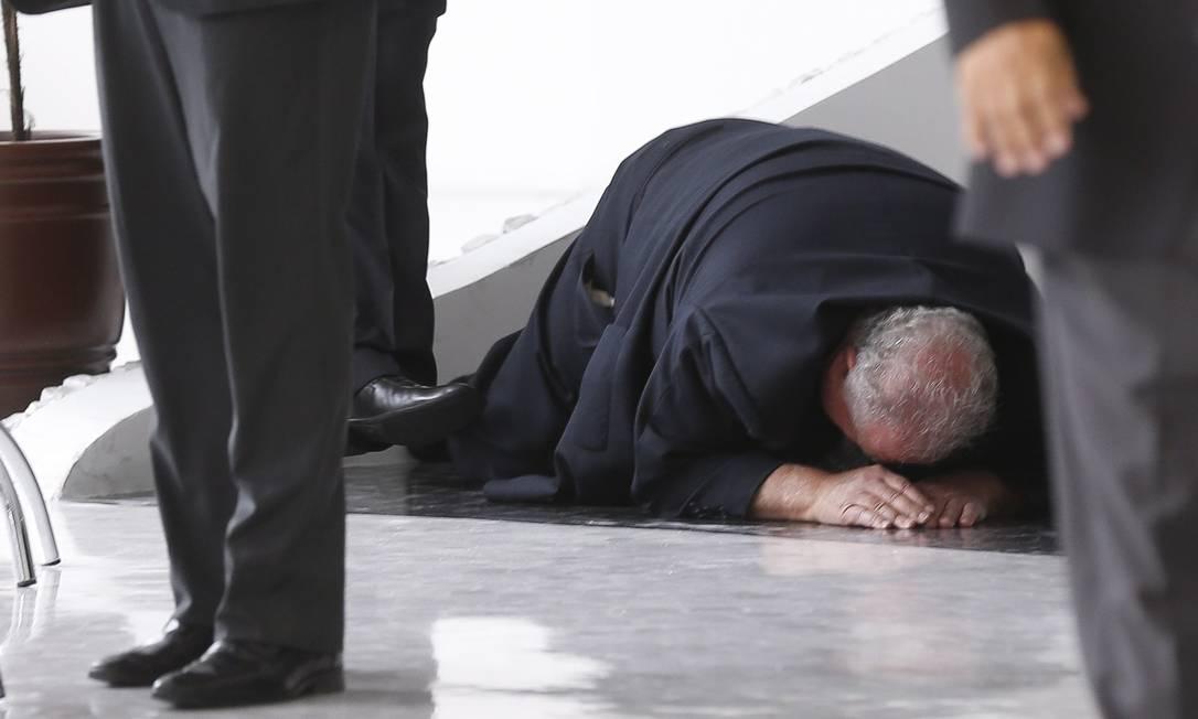 O ex-presidente do Palmeiras, Mustafá Contursi, sofreu uma queda na saída da cerimônia de posse de Marco Polo Del Nero Alexandre Cassiano / Agência O Globo