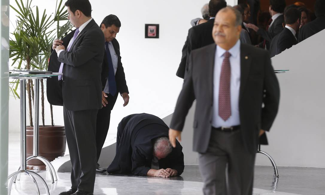Mustafá Contursi ficou um tempo no chão, se recuperando Alexandre Cassiano / Agência O Globo