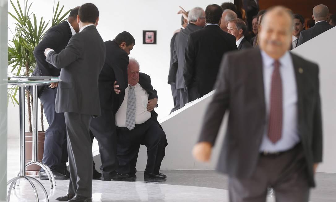 Mustafá Contursi precisou de ajuda para se levantar Alexandre Cassiano / Agência O Globo