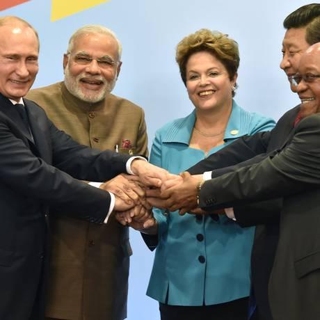 Representantes do Brics: o presidente da Rússia Vladimir Putin, o primeiro-ministro indiano Narendra Modi, a presidente Dilma Rousseff, o presidente da China Xi Jinping e a autoridade da África do Sul Jacob Zuma em foto de 2014 Foto: NELSON ALMEIDA / AFP