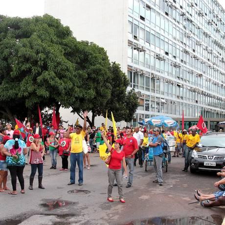 Manifestantes de movimentos sociais por moradias fazem protesto em frente ao Ministério da Fazenda Foto: Jorge William / Agência O Globo