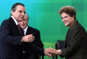 A presidente Dilma cumprimenta o novo ministro do Turismo, Henrique Eduardo Alves, na cerimônia de posse Foto: Jorge William / Agência O Globo