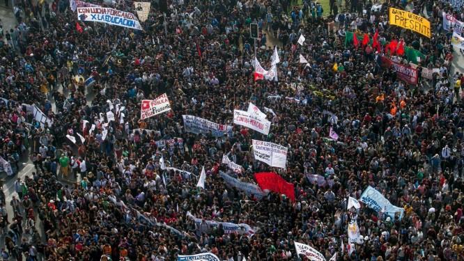 Multidão nas ruas de Santiago. Manifestação foi a mais numerosa desde protestos de 2011 Foto: STRINGER/CHILE / REUTERS