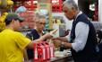Na Cantina Sierra, um funcionário entrega um pastel a um fiscal: local foi interditado