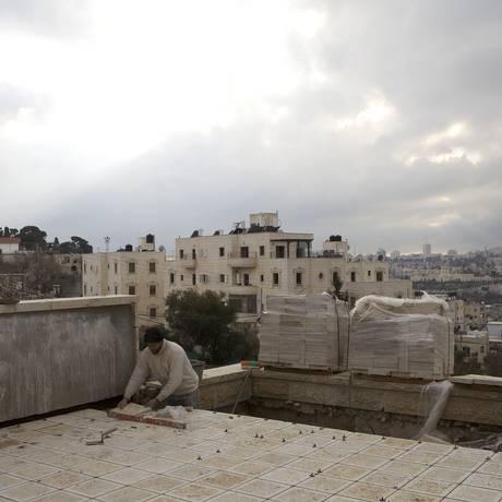 Operários palestinos durante a construção do assentamento judaico de Beit Orot, em Jerusalém Oriental, em 2013. Justiça israelense aprovou aplicação da Lei de Proporiedade Ausente na região, mas frisou que medida deve ser reservada para