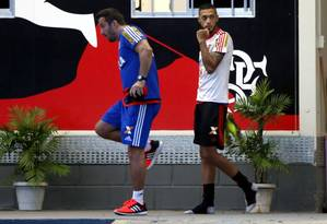 Paulinho volta a sentir dores na coxa e vira dúvida para o clássico de domingo Foto: Cezar Loureiro / Agência O Globo