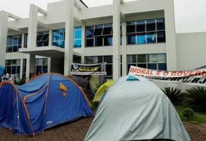 Servidores de Itaguaí, em greve há pelo menos dois meses, montam acampamento diante da sede da prefeitura, que teve orçamento de R$ 553 milhões no ano passado Foto: Gabriel de Paiva / Agência O Globo