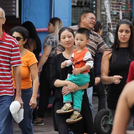 A movimentada Rua 25 de Março, em SP: cada vez mais chineses na região Foto: Michel Filho / Michel Filho/ Agência O Globo
