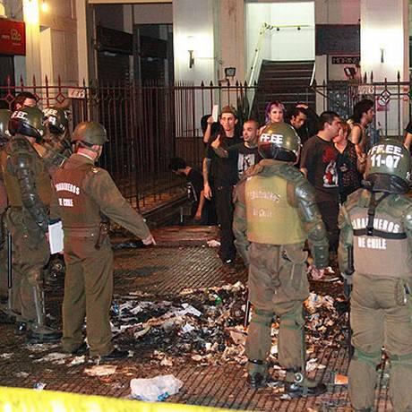 Frequentadores discutem com militares nos arredores do local do incidente Foto: Héctor Yáñez, El Mercurio/GDA