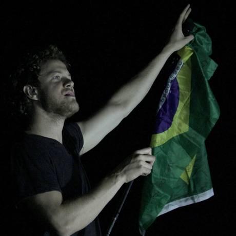 O vocalista Dan Reynolds no tradicional momento com a bandeira brasileira Foto: Divulgação