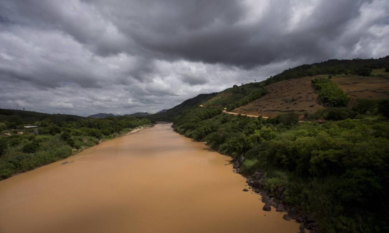 O Rio Doce recebe todo o esgoto de 202 municípios e parcialmente de outros 25 Foto: Márcia Foletto / Agência O Globo