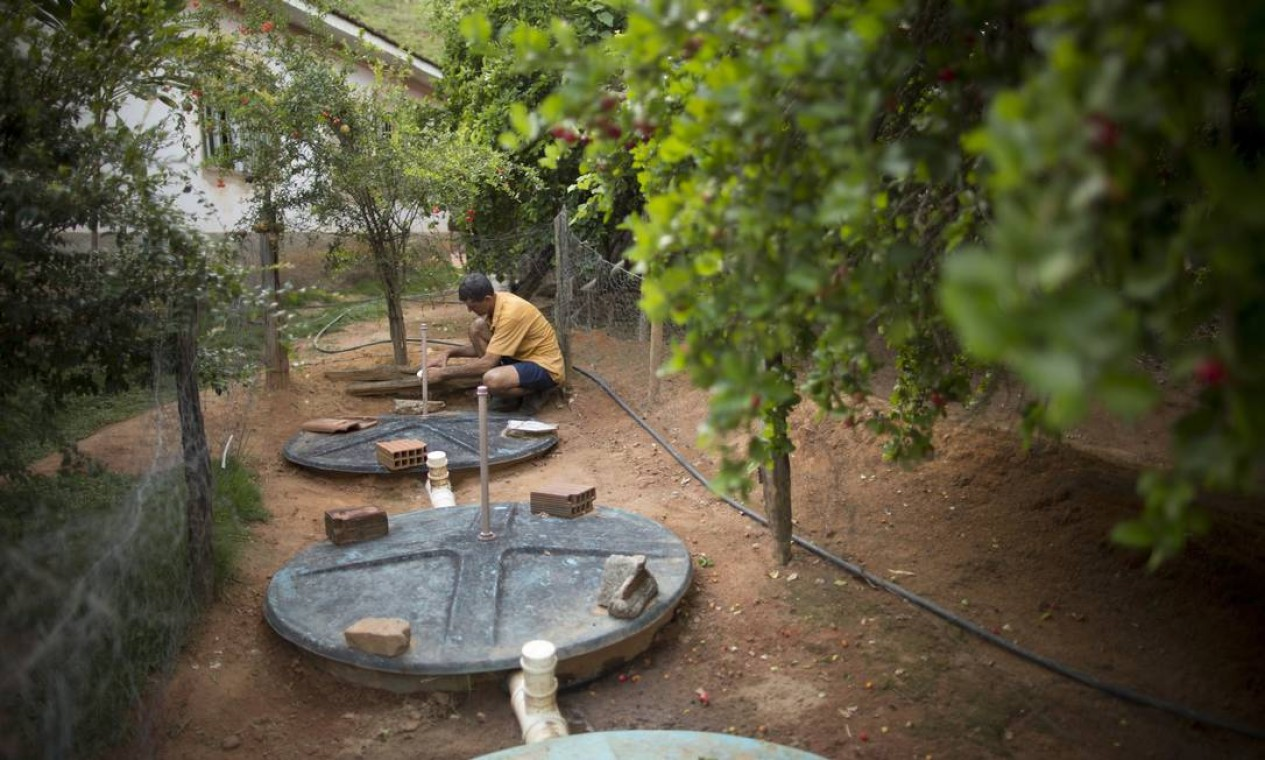 O pequeno agricultor Adão Alves da Silva trabalha na manutenção das fossas construídas na sua propriedade, no distrito de Expedicionário Alício, em Aimorés Foto: Márcia Foletto / Agência O Globo