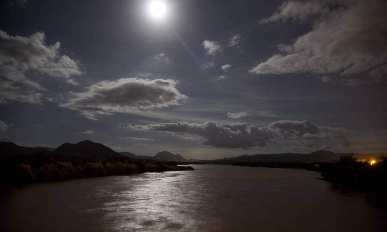 O Rio Doce, que nasce em Ressaquinha, na Mantiqueira, em Minas Gerais, percorre 853 quilômetros até encontrar o Oceano Atlântico em Regência, no Espírito Santo Foto: Márcia Foletto / Agência O Globo
