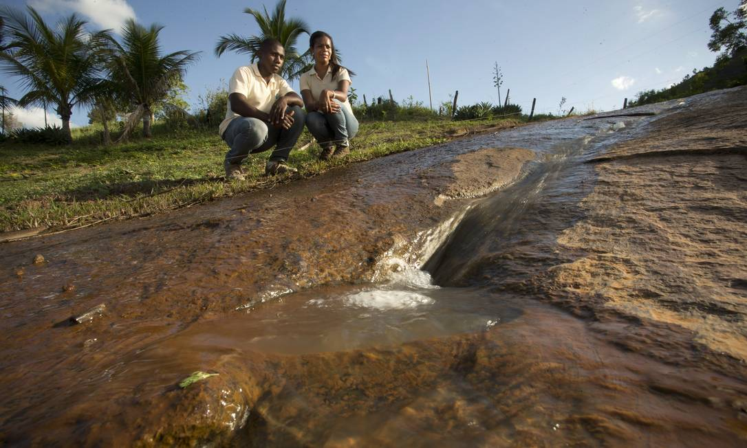 Os caçadores de nascentes Cintia Gomes e Josenilto Nascimento, na cidade de Aymoré. Programa Olhos D'água, do Instituto Terra, trabalha para recuperar nascentes do Vale do Rio Doce Márcia Foletto / Agência O Globo