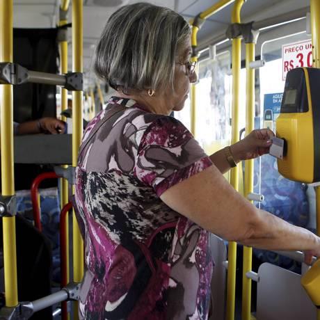 Idosa utiliza o sistema biométrico em ônibus de Niterói Foto: Gustavo Stephan / Agência O Globo/03-12-2014