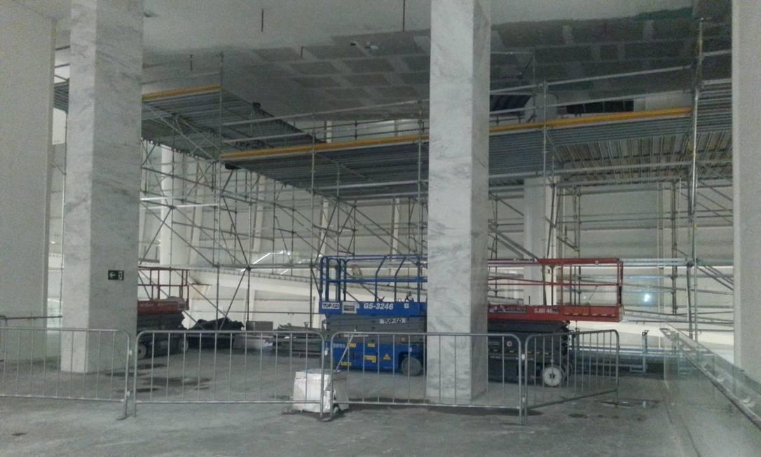 Andaimes e um veículo transportador são encontrados na parte interna da Arena Corinthians Lauro Neto / O Globo