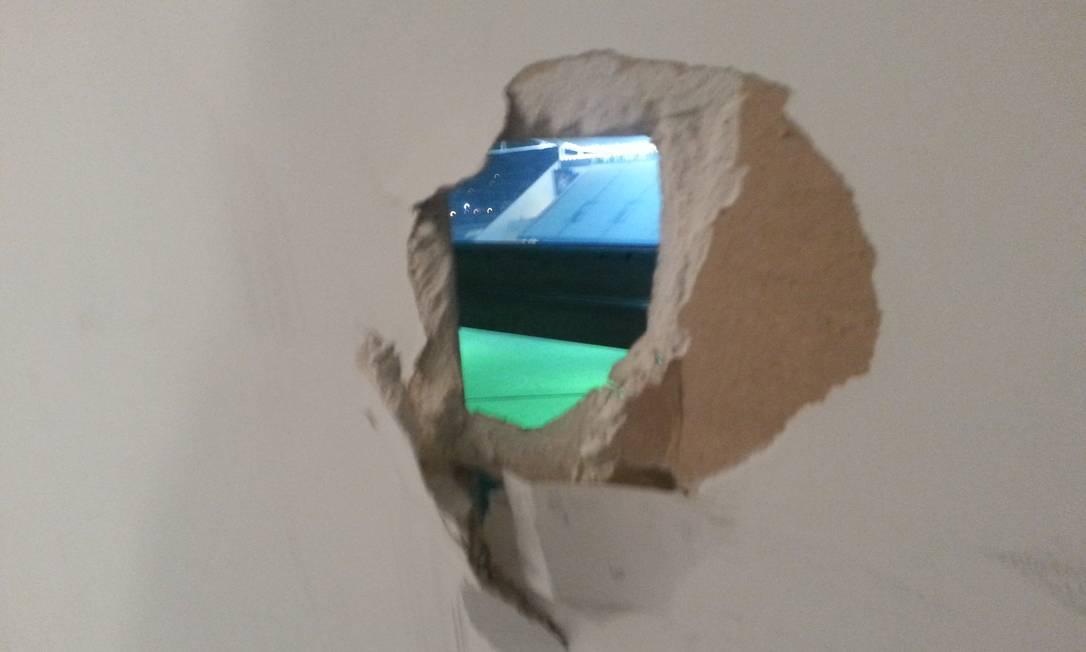 Buraco em parede que dá para o campo, no 9º andar do Itaquerão Lauro Neto / O Globo