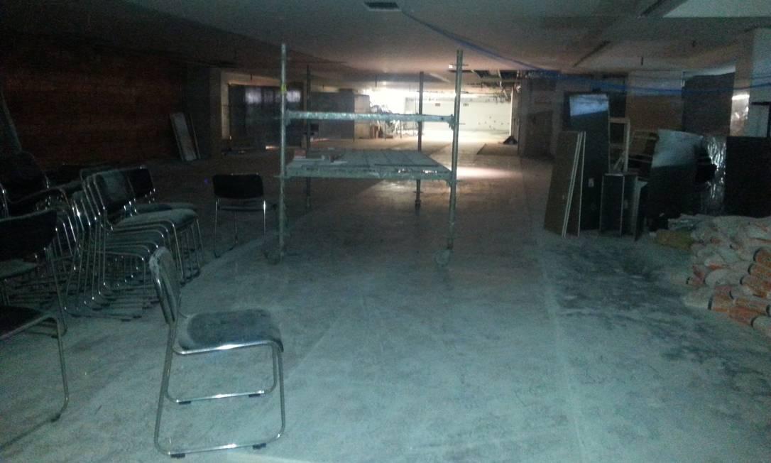 Já o 8º andar tem um andaime solto e cadeiras empilhadas Lauro Neto / O Globo