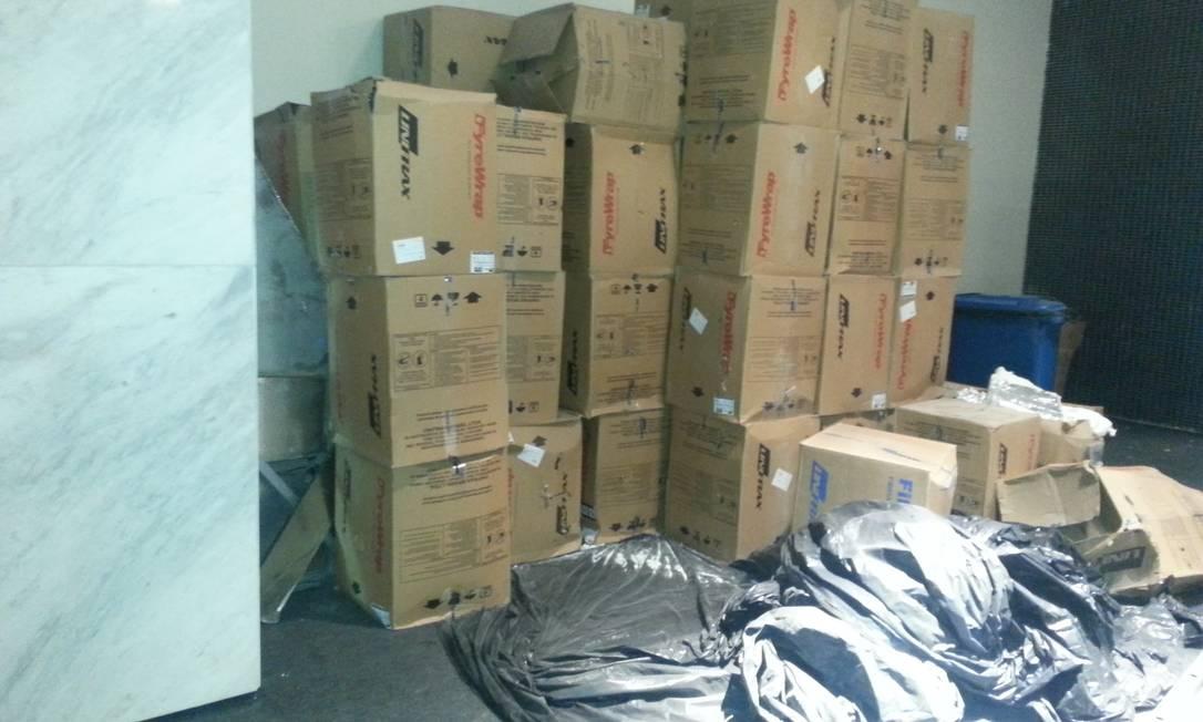 Caixas empilhadas e lonas pretas também podem ser encontrados no estádio Lauro Neto / O Globo