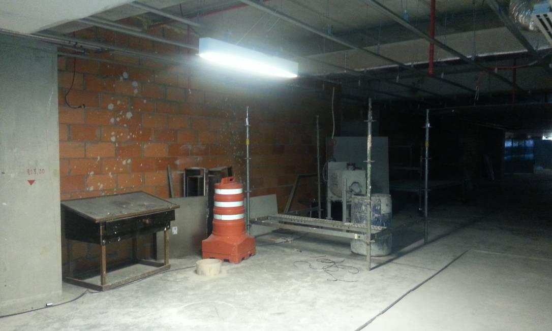 Galão, estrutura metálica e até um cone estão à mostra no 8º andar, diante de uma parede inacabada Lauro Neto / O Globo