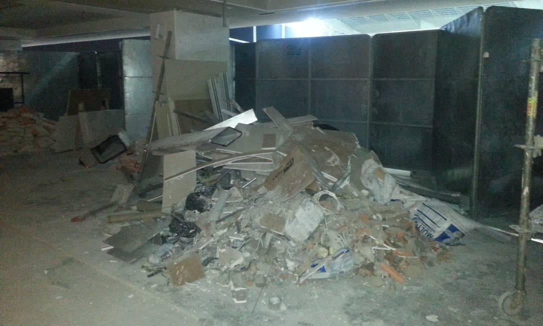 Entulho das obras na Arena Corinthians se acumula nos corredores Lauro Neto / O Globo