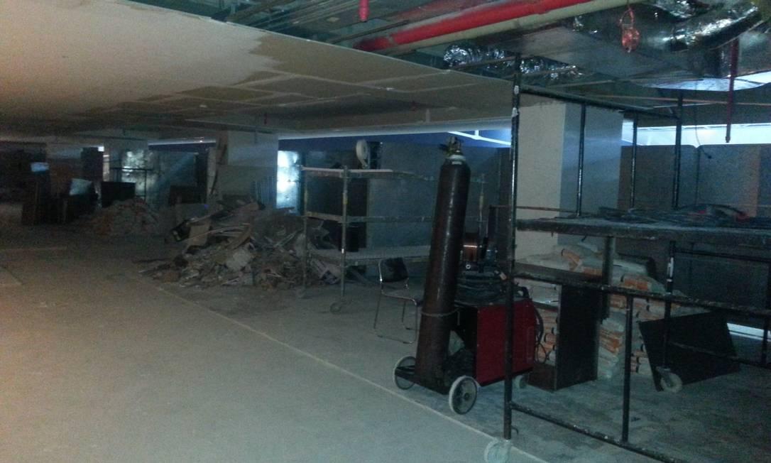 No 8º andar, o entulho divide espaço com sacos de cimento e um cilindro deixados nos corredores Lauro Neto / O Globo