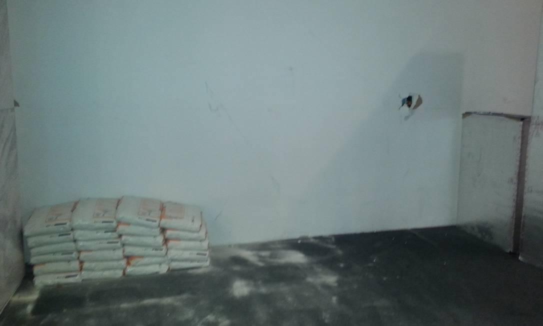 Além de buraco na parede, o 9º andar tem uma pilha de sacos de argamassa Lauro Neto / O Globo
