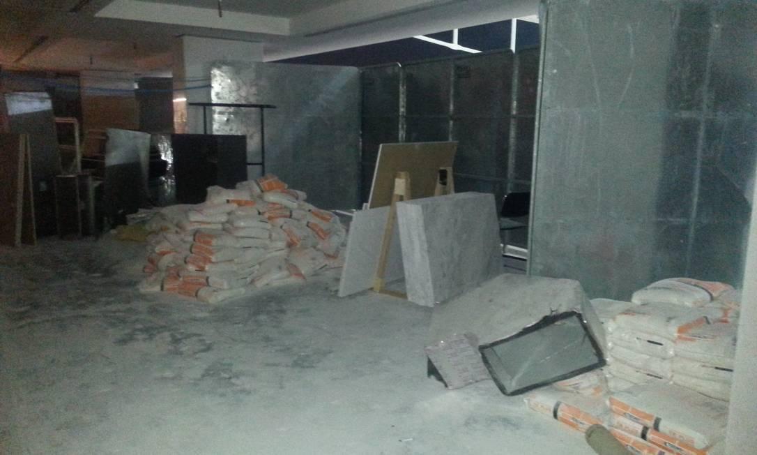 Material de construção deixado nos corredores da Arena Corinthians Lauro Neto / O Globo