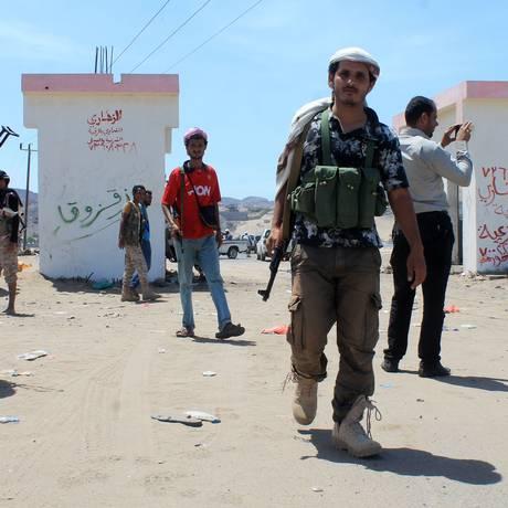 Homens armados no oeste da cidade de Ardén, no Iêmen. Movimento separatista ganha força no sul do país, após golpe de milícias routhis tomarem o poder em setembro Foto: SALEH AL-OBEIDI / AFP