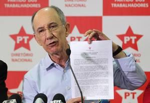 Entrevista coletiva do presidente do Partido dos Trabalhadores, Rui Falcão, nesta sexta-feira Foto: Michel Filho / Agência O Globo