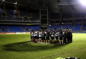 Jogadores do Botafogo conversam no meio do campo no Engenhão Foto: Cezar Loureiro / Agência O Globo