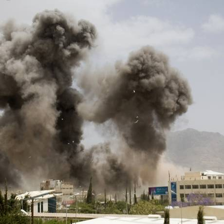 Fumaça nos céus de Sanaa após ataque aéreo contra a capital iemenita no início de abril. Irã apresentou plano de paz para o Iêmen ao secretário geral da ONU, Ban Ki-moon Foto: Hani Mohammed / AP