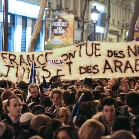 Voltaire vive. Manifestantes em Paris denunciam mortes de negros judeus e árabes na França após tiroteio contra escola judaica em Paris, em Toulouse, em 2012 Foto: Kenzo Tribouillard / AFP