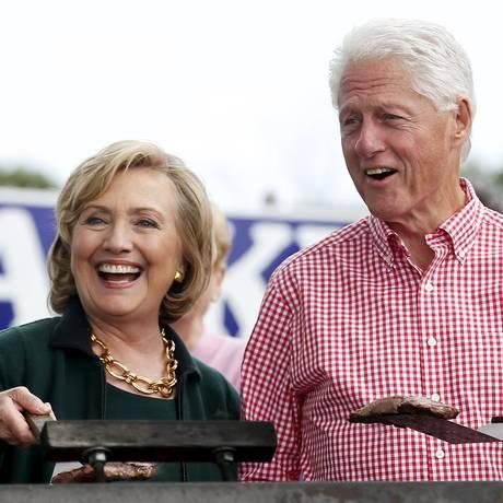 Receita poderosa. Hillary Clinton e Bill Clinton fazem churrasco na campanha dela. Foto: JIM YOUNG / REUTERS