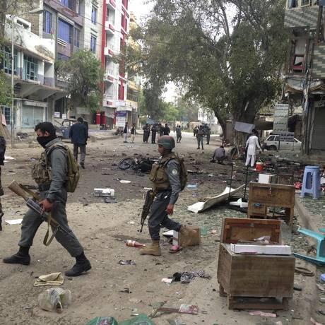 Forças de segurança vasculham a área onde aconteceu os ataques em Jalalabad. Foto: AP