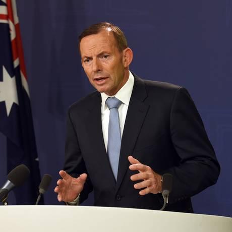 Premiê australiano Tony Abbott (direita) e comandante da Polícia Federal do país, Michael Phelan, anunciam prisão de dois suspeitos em Melbourne Foto: WILLIAM WEST / AFP
