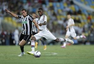 Gerson tenta passar por Marcelo Mattos no clássico Foto: Alexandre Cassiano / Agência O Globo