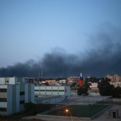 Fumaça mostra áreas onde conflitos entre governo e milícias em Benghazi Foto: ESAM OMRAN AL-FETORI / REUTERS