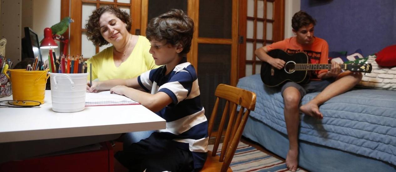 """Maria Bernardete, mãe de Oswaldo e João, diz que às vezes se perde na tarefa de dar limites: """"O problema é combinar o que acreditamos com a demanda atual. Tenho de dar um passo atrás e pensar no que quero para eles e para mim"""" Foto: Fabio Rossi"""