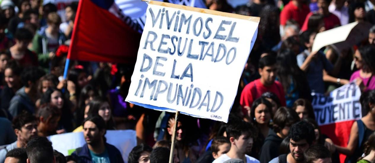 Recado das ruas. Milhares de estudantes participaram de manifestação na última quinta-feira em Santiago: além de pedido por reforma da educação, corrupção foi tema dos protestos Foto: MARTIN BERNETTI / AFP