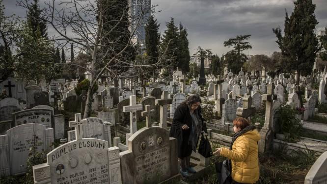 Mortos-vivos. Armênias procuram túmulos de parentes em cemitério de Istambul: um século depois de extermínio, ferida aberta opõe as duas nações Foto: BRYAN DENTON / NYT/2-4-2015