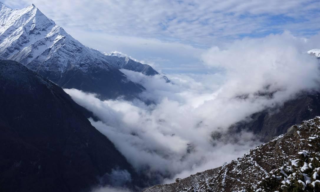 Nuvens acima do vale da bacia do rio Dudh Koshi. Montanhistas se dirigem para os picos e geleiras da região ROBERTO SCHMIDT / AFP