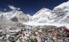 Sherpas e carregadores na base do Everest, no Nepal. Mais de 4 mil alpinistas alcançaram o pico da maior montanha do mundo, desde os primeiros escaladores, Edmund Hillary e Tenzing Norgay, em 1953 Foto: Tashi Sherpa / AP