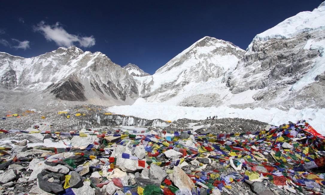 Sherpas e carregadores na base do Everest, no Nepal. Mais de 4 mil alpinistas alcançaram o pico da maior montanha do mundo, desde os primeiros escaladores, Edmund Hillary e Tenzing Norgay, em 1953 Tashi Sherpa / AP