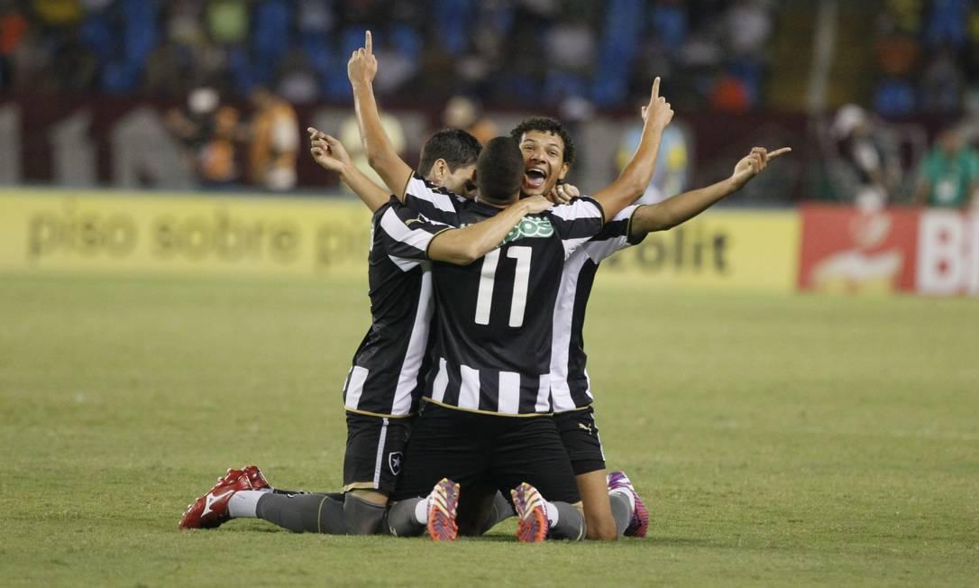 Jogadores do Botafogo comemoram o gol de Fernandes no Engenhão Marcelo Carnaval / Agência O Globo