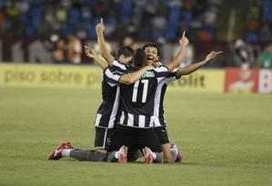 Jogadores do Botafogo comemoram gol no Engenhão Foto: Marcelo Carnaval / Agência O Globo