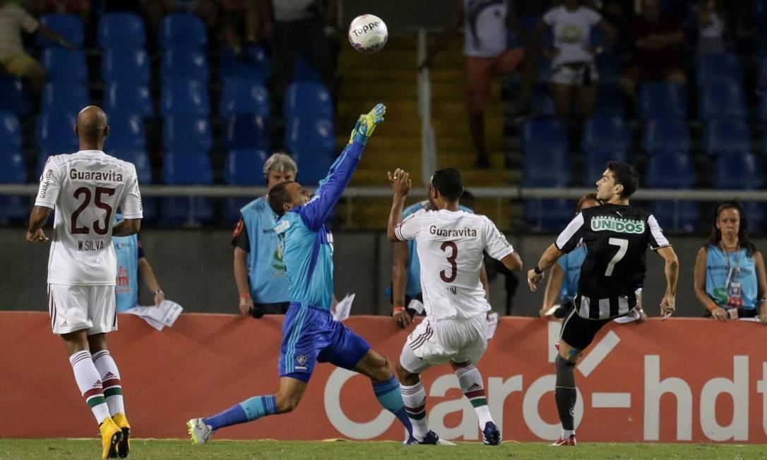 Rodrigo Pimpão toca por cima de Diego Cavalieri no lance do primeiro gol do Botafogo Foto: Márcio Alves / Agência O Globo