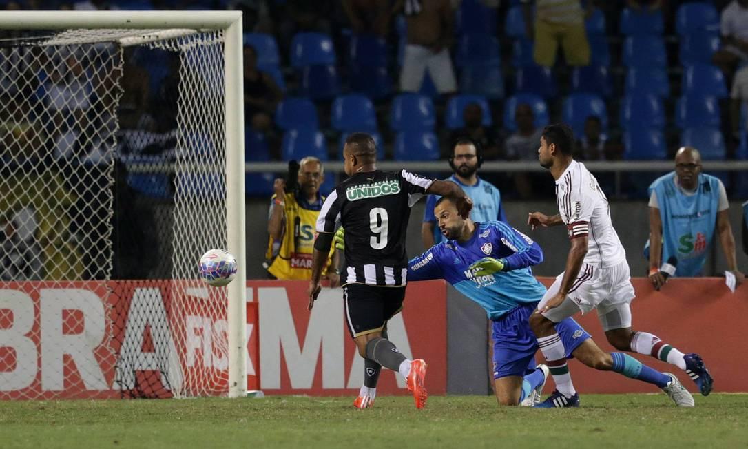 Bill pega o rebote de defesa de Diego Cavalieri e toca para o gol vazio para marcar o segundo do Botafogo Márcio Alves / Agência O Globo