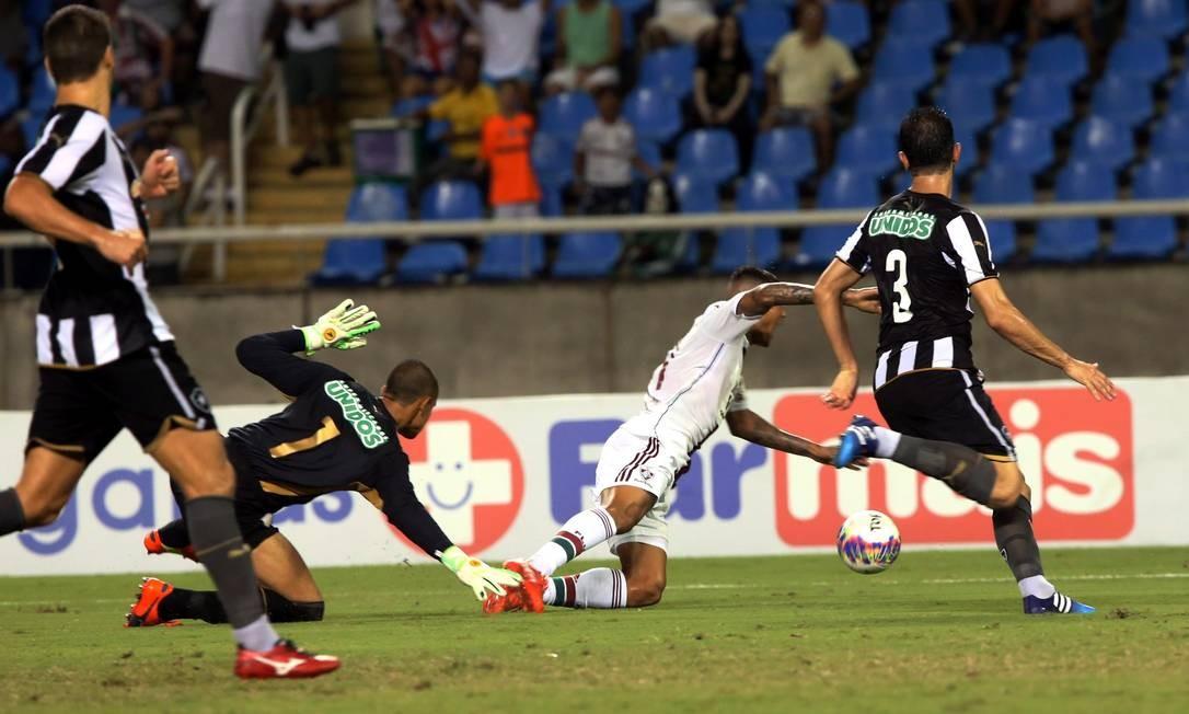 Kenedy cai após ser tocado por Renan: pênalti para o Fluminense Foto: Cezar Loureiro / Agência O Globo